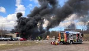 Das Foto zeigt den Brand einer Lagerhalle in Plaidt am 9. März 2020.