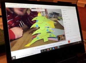 Das Foto zeigt einen Bildschirm auf dem ein gebastelter Weihnachtsbaum zu sehen ist.