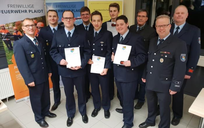 Foto zeigt Beförderte und neue Mitglieder der Feuerwehr Plaidt