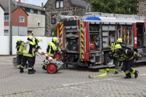 Foto zeigt Feuerwehrleute bei einer Übung