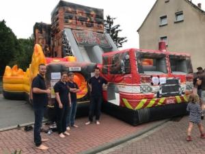 Das Team der Feuerwehr Meckenheim vor der Hüpfburg