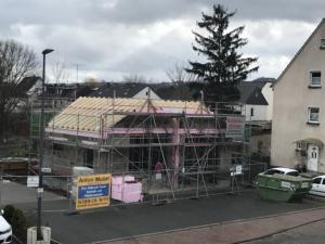 Das Foto zeigt den Hallenbau mit fertigem Dachstuhl.