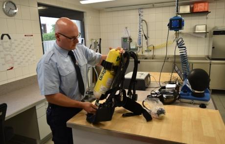 Atemschutzgerätewart Andreas Mürtz beim Prüfen eines Atemschutzgerätes.