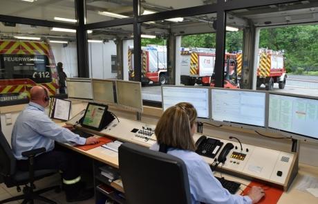 Blick aus der Feuerwehreinatzzentrale in die Fahrzeughalle des Löschzuges Plaidt.
