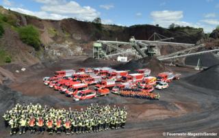 Foto zeigt die Feuerwehr Pellenz mit ihren Fahrzeugen im Tagebau Hummerich