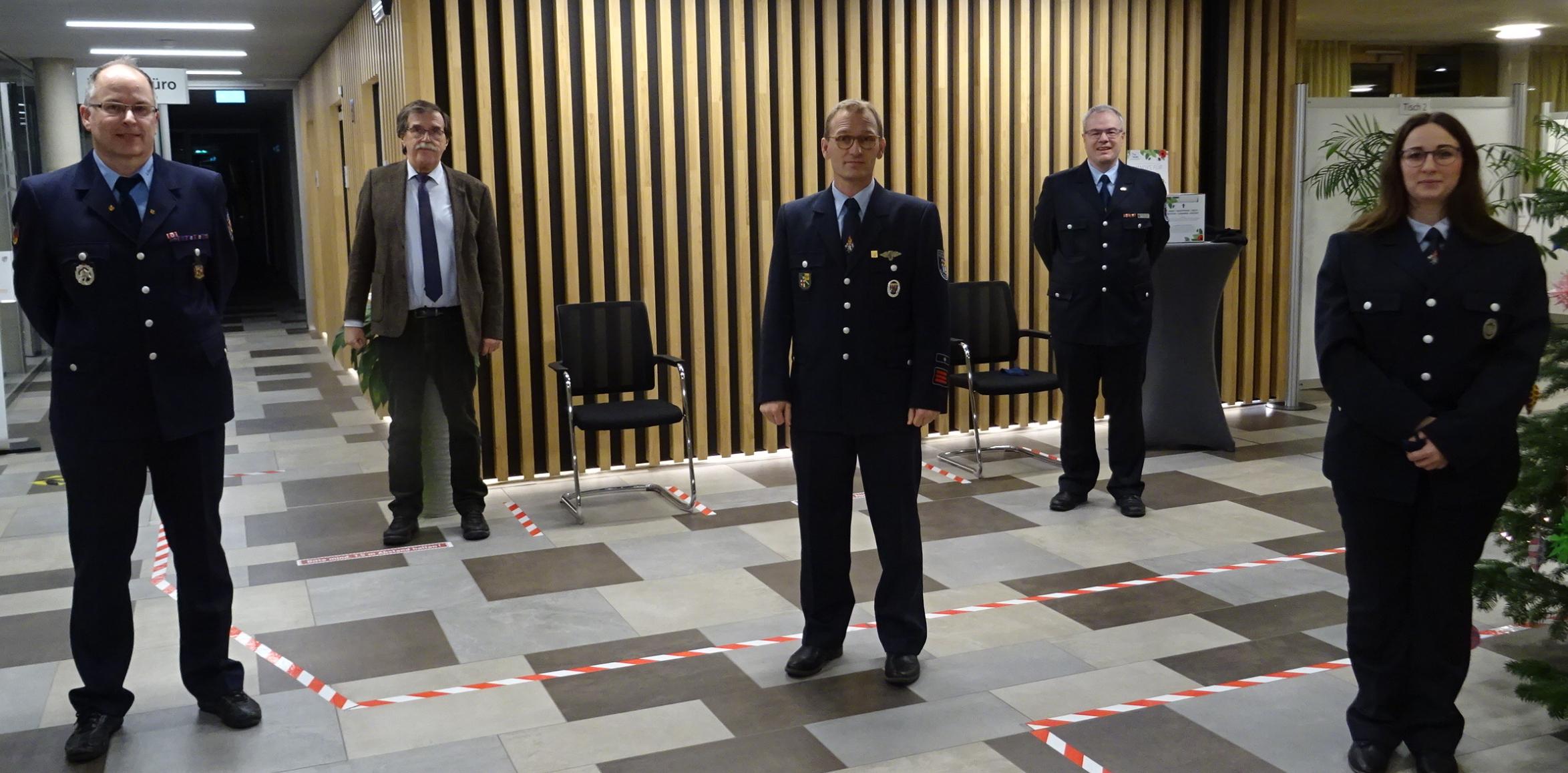 Foto zeigt die neuen Mitglieder Annika Heuft und Jörgn Wendling, Bürgermeister Klaus Bell, Wehrführer Dirk Schwindenhammer und stv. Wehrleiter Jörn Busenkell
